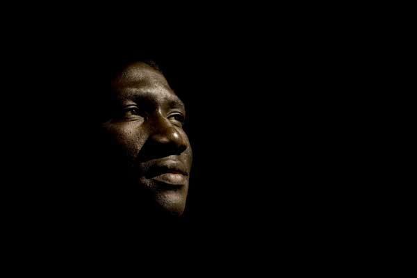 visage homme africain dans la pénombre