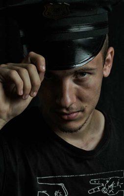 homme avec casquette noire sur fond noir
