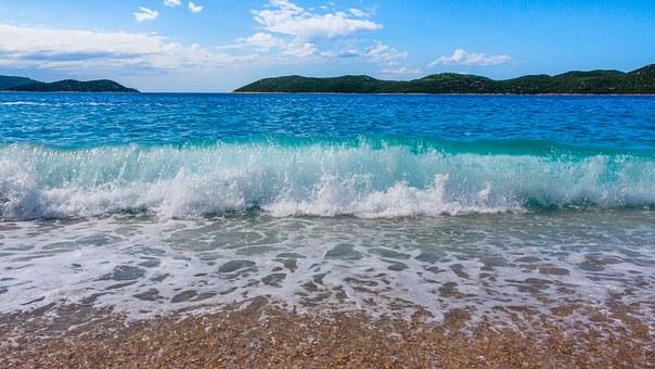 vagues sur la plage de sable